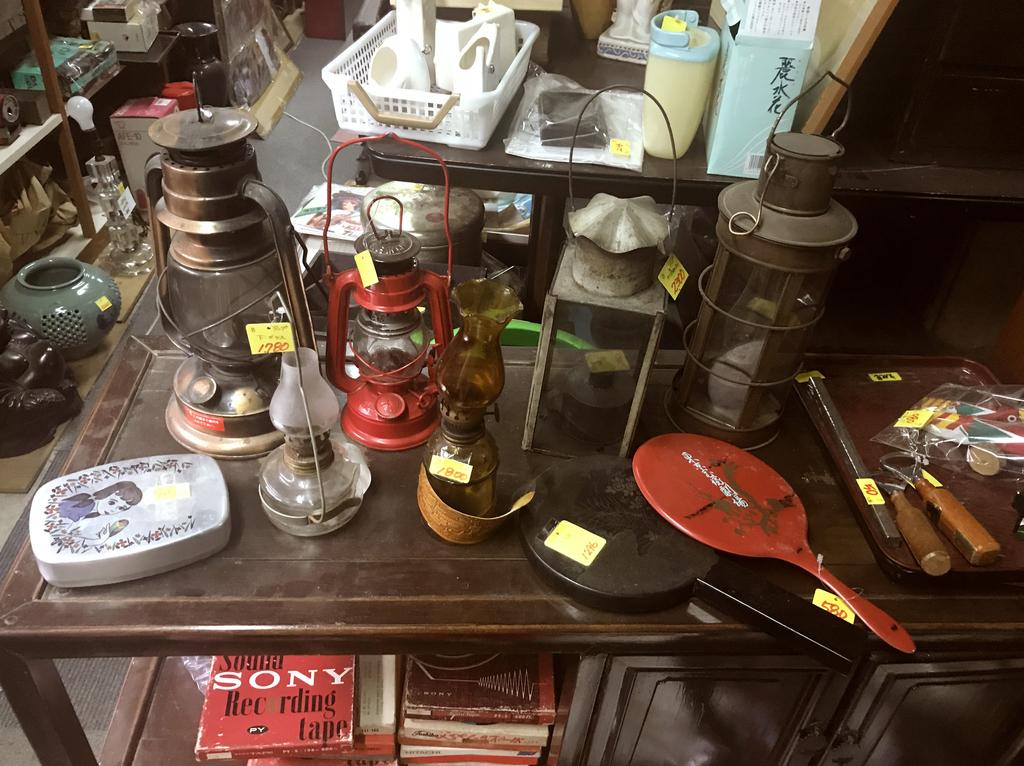 古物や古道具がごちゃごちゃと並ぶ文化堂店内-ふるものせいかつ図鑑