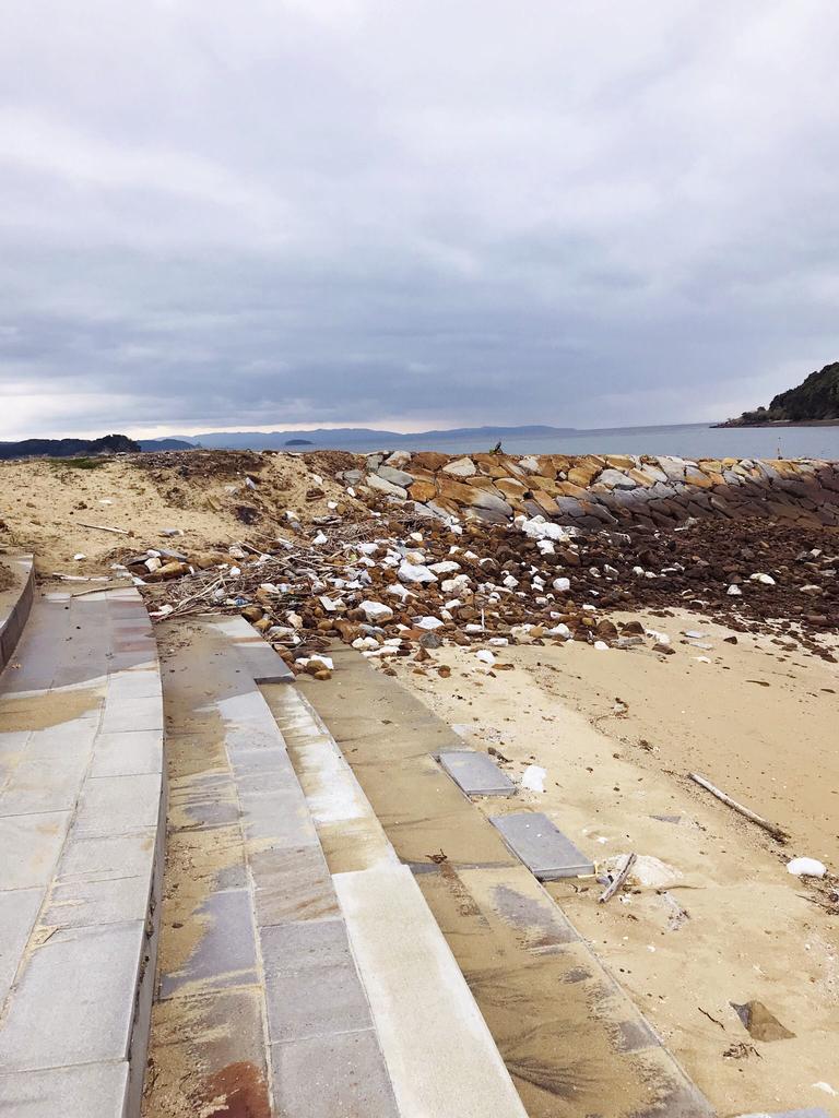 砂浜の吹き溜まりに面白そうなゴミを見つけに-ふるものせいかつ図鑑