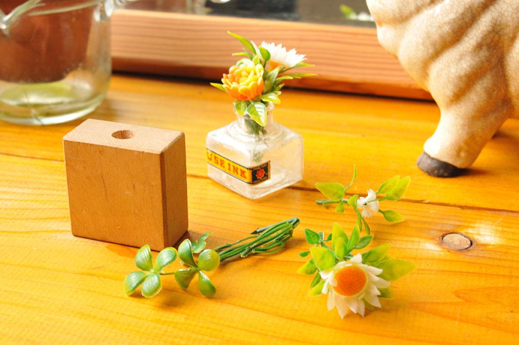 積み木をリメイクしたペン立てとフェイク植物などを材料に使う-調理器具リメイクインテリア