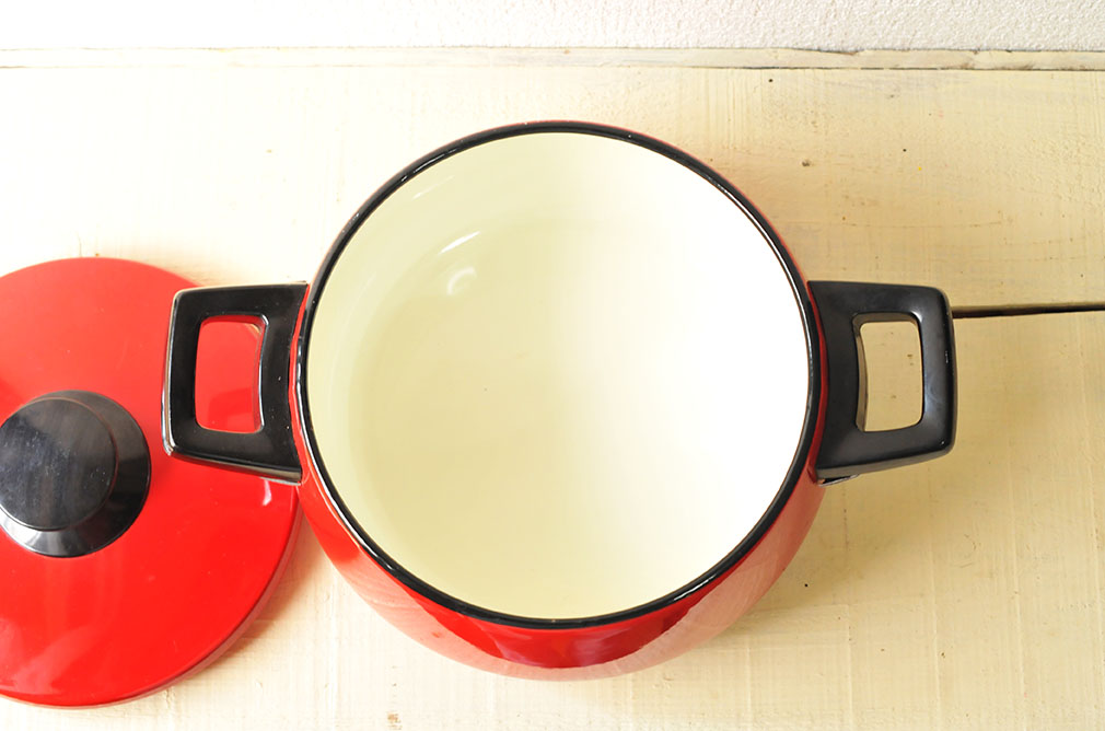 縁や中にも傷はなく美品の赤いホーロー鍋は1980円