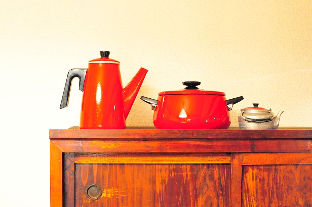 古道具で揃えたキッチンの小物カラーは赤色に。-ふるものせいかつ図鑑