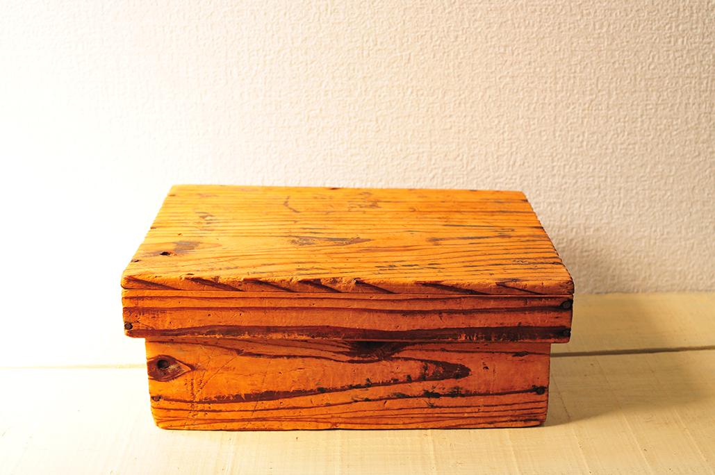 古道具の木の箱はかなり古いもので木目が浮き出ている-ふるものせいかつ図鑑