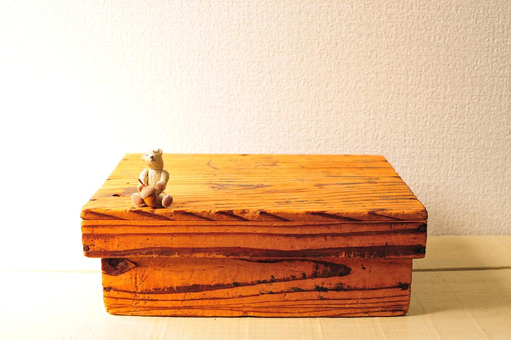 ニスも何も塗っていない木目が手触り良い古道具箱