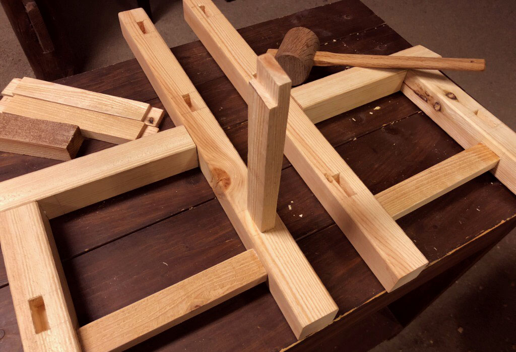 古道具DIY-子ども用椅子を作るため木槌で叩きながら木組みをしていく