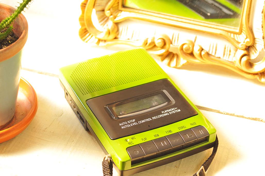 レトロ風なカセットテープレコーダーは懐かしくてカッコ良い