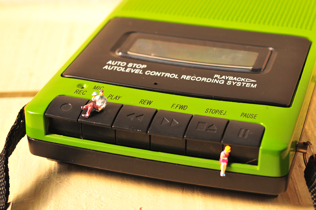 昔ながらの重たいボタン部分もレトロな感覚で楽しめるカセットテープレコーダー