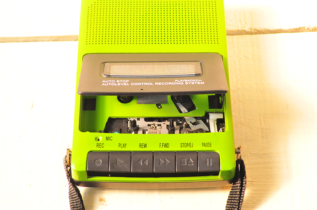 緑色がレトロなポータブルカセットテープレコーダー
