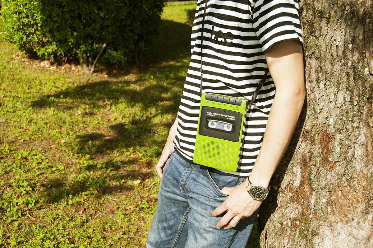 屋外でも使えるレトロ風ポータブルカセットプレーヤー