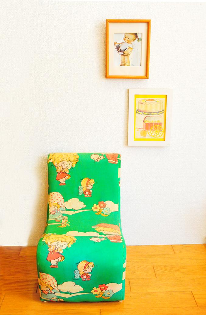 緑地にイラストが描かれた色も形も可愛らしいレトロ子ども用椅子