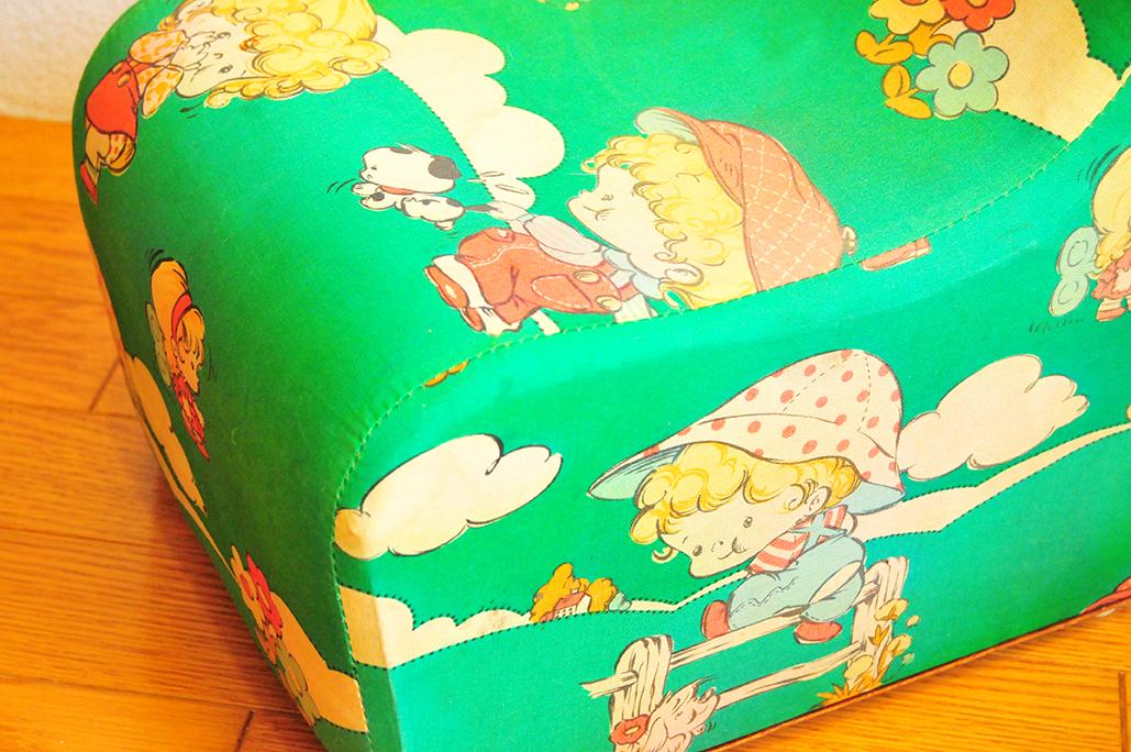 女の子と男の子のイラストが昭和レトロで可愛らしい子ども用椅子