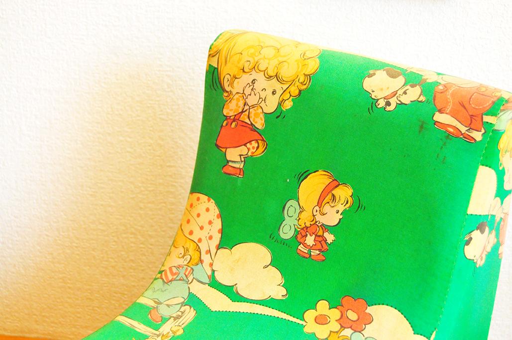 背もたれの柔らかいフォルムもオシャレで可愛いレトロ子ども用椅子