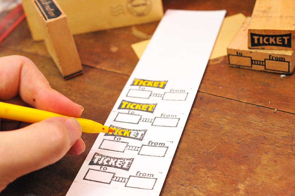 スタンプを押したり、色を塗ったり、回数券チケット作りは楽しい