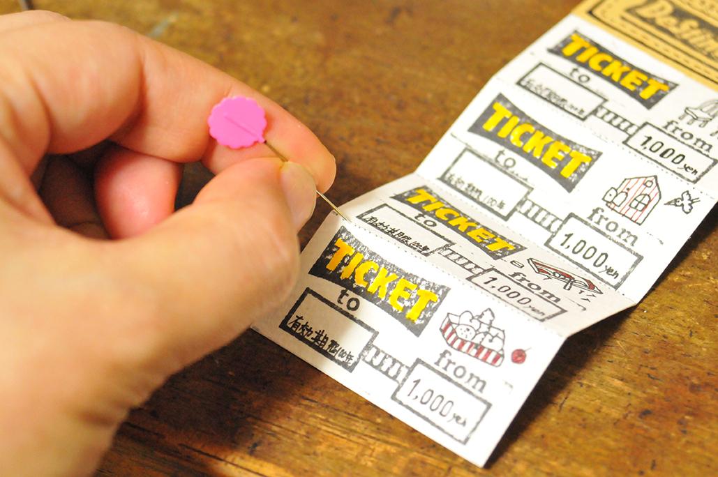 マチ針で点線に穴を開け、切り取り線を作る(オリジナル回数券)
