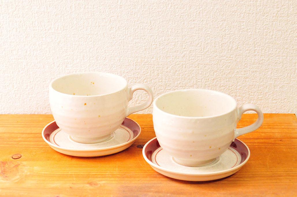 1つ50円のスープカップに20円のコーヒーカップのソーサーを付けて