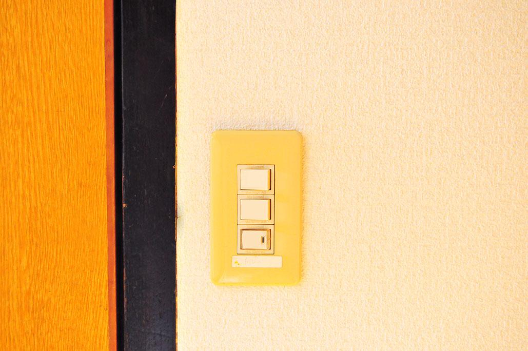 アパートの古ぼけたスイッチに100円スイッチカバーを付けてみる
