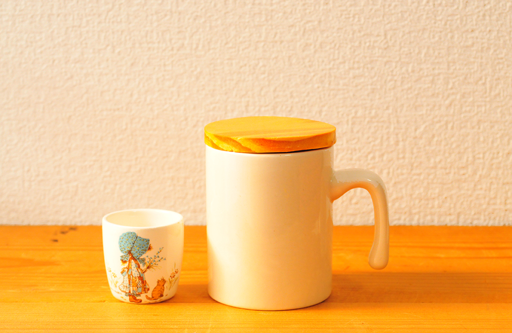 未使用中古品のキャニスターとレトロ古物のカップ
