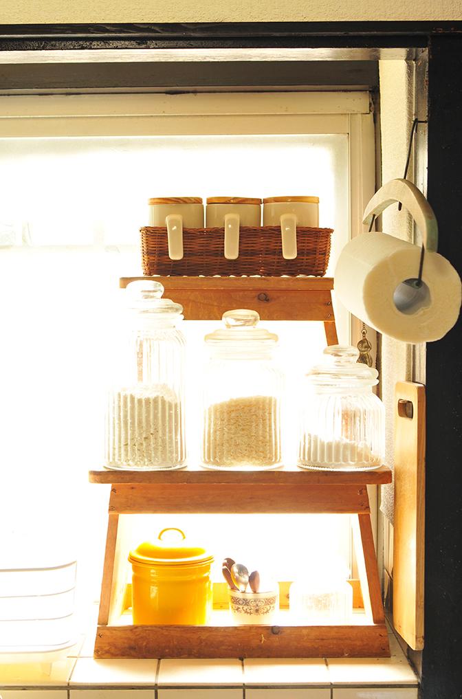 キッチンの踏み台棚にピッタリ収まったカゴ付きキャニスターセット