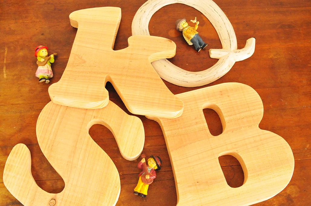 夫が作った木製の大きめアルファベットオブジェは加工前