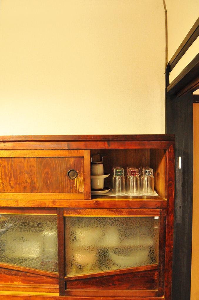 100年以上前の食器棚の中のレトロパーティーグラス