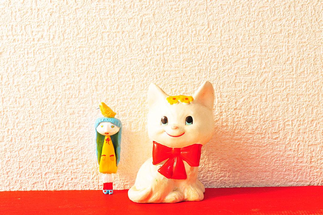 白に赤のリボンが可愛いレトロ猫置物