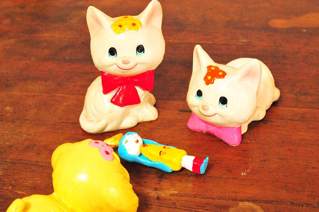 昭和レトロな小さな猫置物と粘土細工で作った女の子人形
