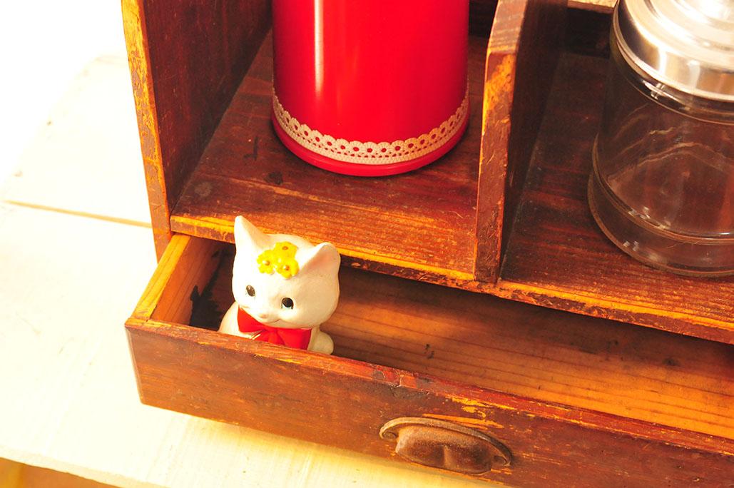 引き出しの中の昭和レトロの猫の置物は可愛い手のひらサイズ