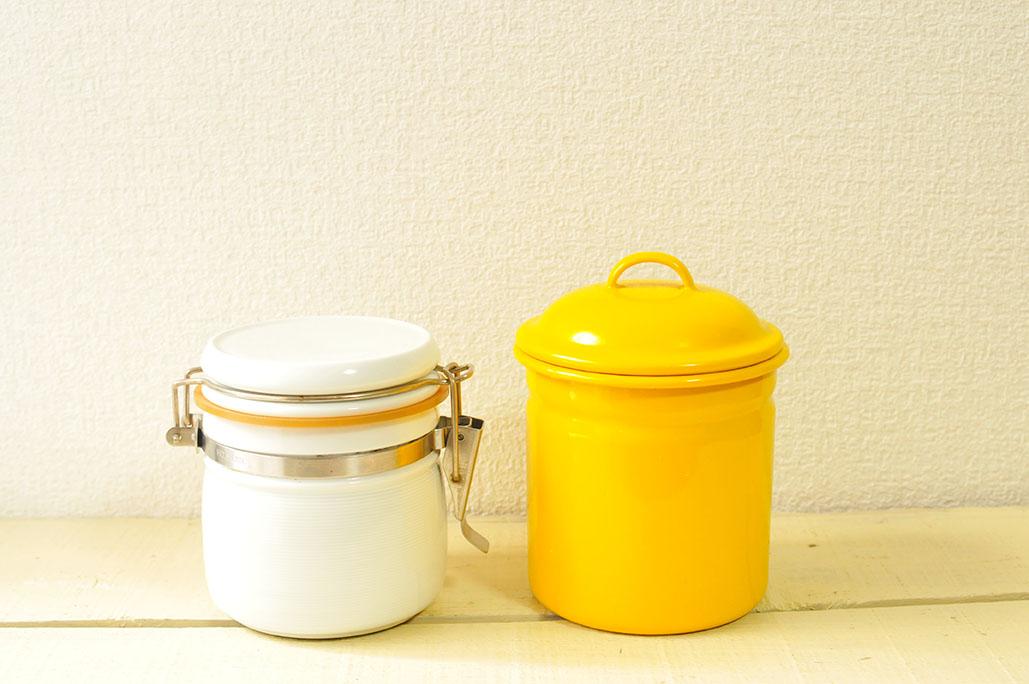 200円の有田焼容器と黄色が可愛い300円ホーロー容器