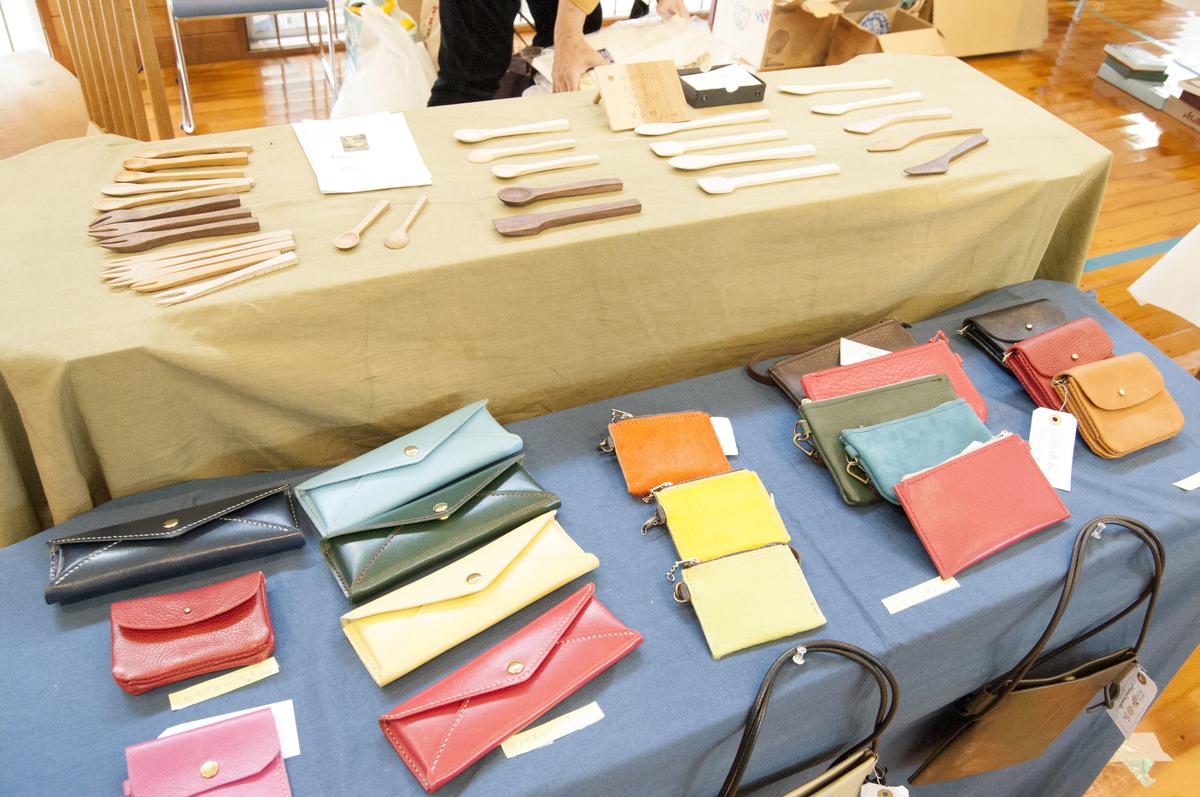 アート&クラフトフェアの革工芸の作品たちは色とりどり