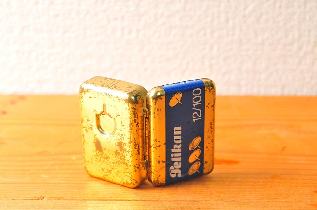 古い小さな缶カンは画鋲を抜く機能付きでそのまま画鋲を収納できる