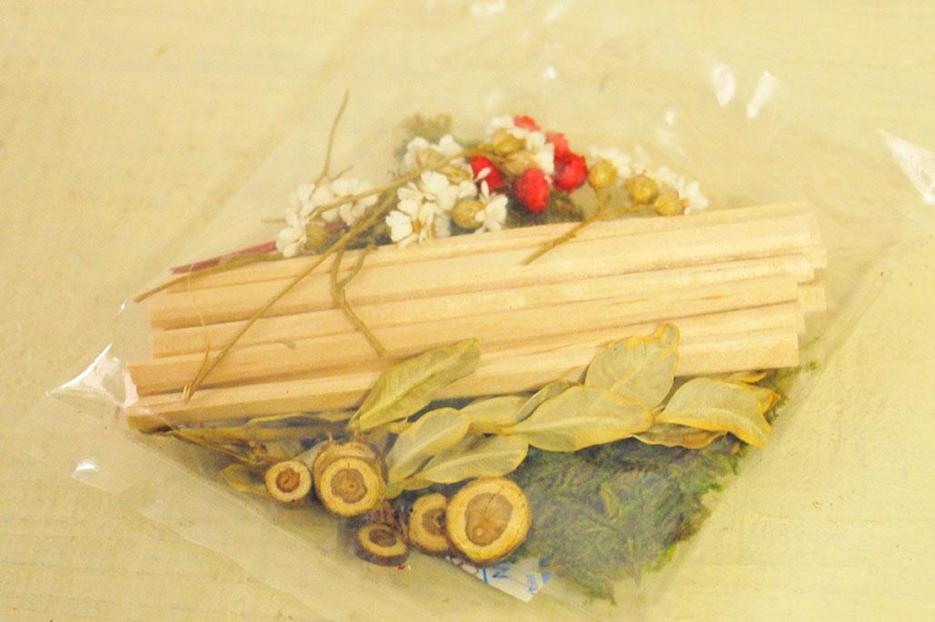 小さい枝やドライフラワーなど工作キットの材料のような小袋は50円