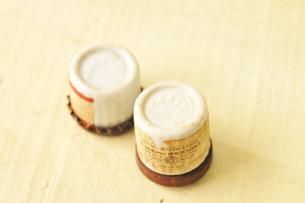東京スズランエノグのマークが入った陶器瓶の裏底