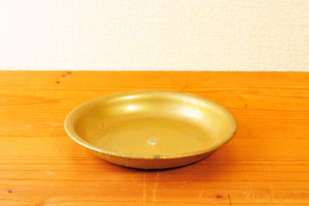 蚤の市で50円のアルミ小皿は手のひらサイズ