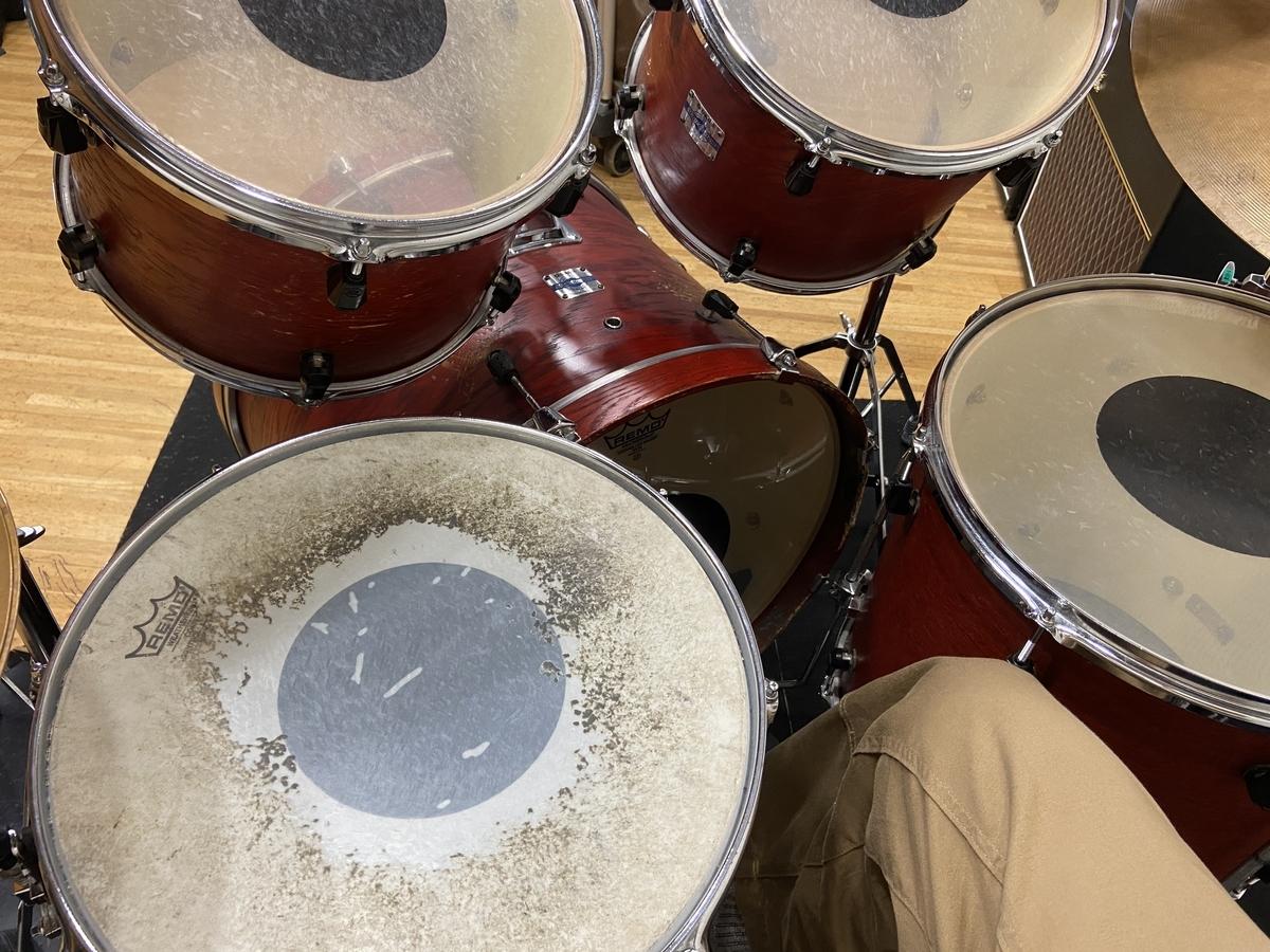 ドラムセットに座っている画像