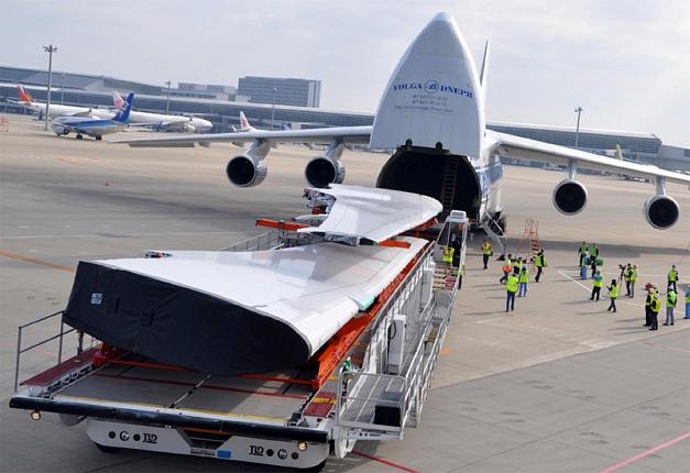 セントレア空港にてBoeing 787型機の主翼を搭載するAn-124-100型機