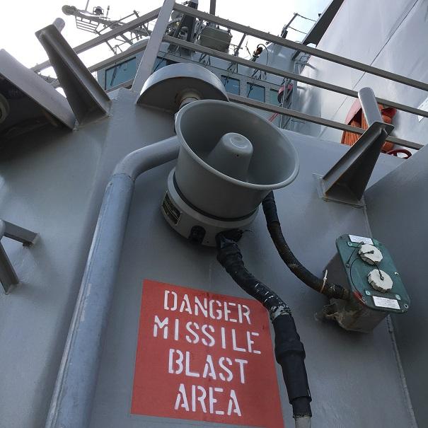 「DANGER MISSILE BLAST AREA」のペイントがミサイル発射艦であることを示す