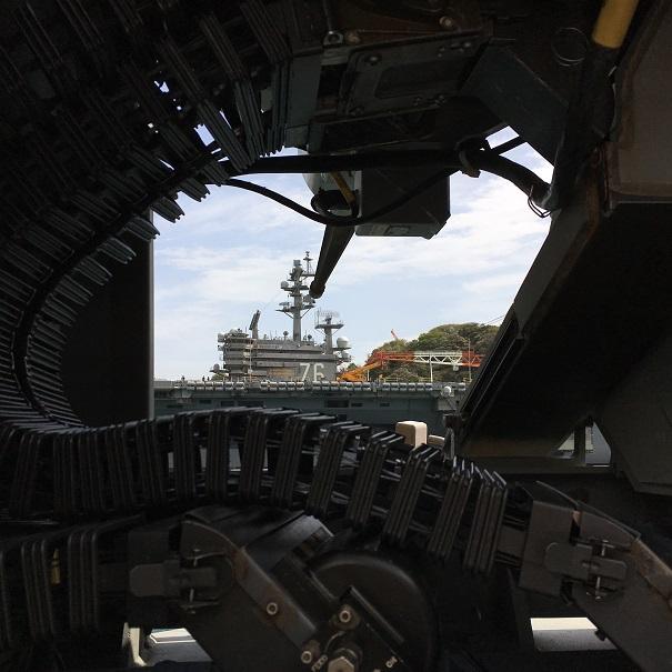機銃の砲身を空母「RONALD REAGAN」に向けている