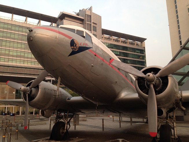 "Cathay City前に鎮座するDC-3型機の2番機""Niki"""