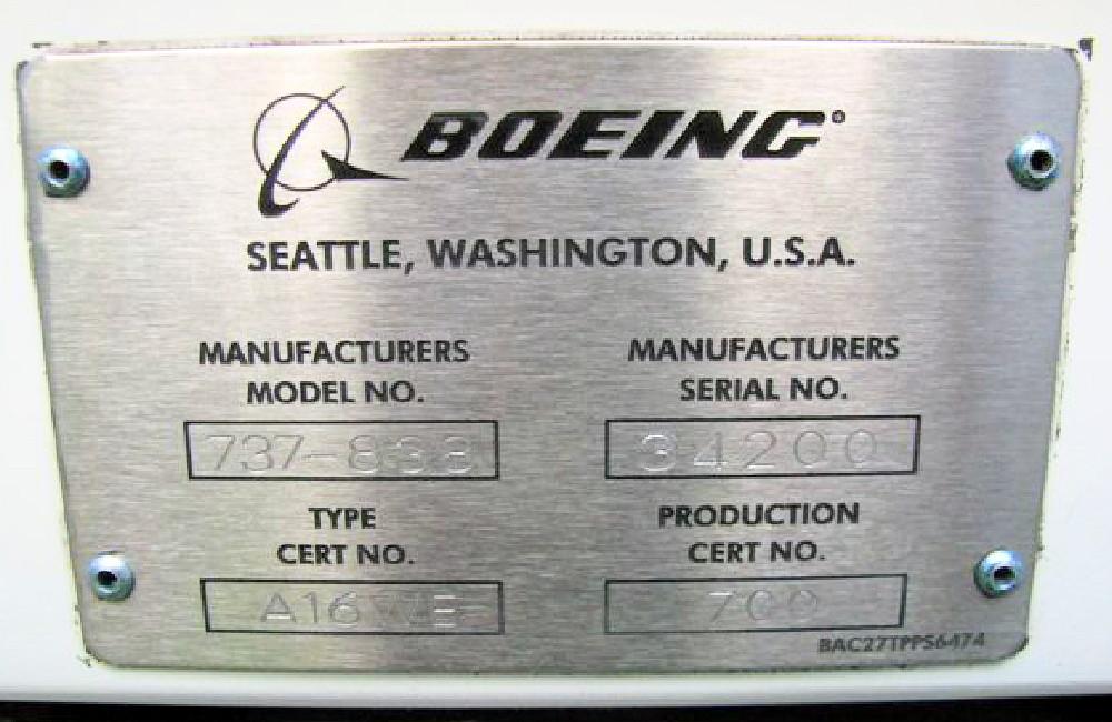L1ドア枠の上部にあるボーイング社のプレートに製造番号が打刻されている