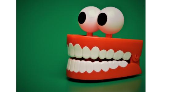歯を喰いしばる