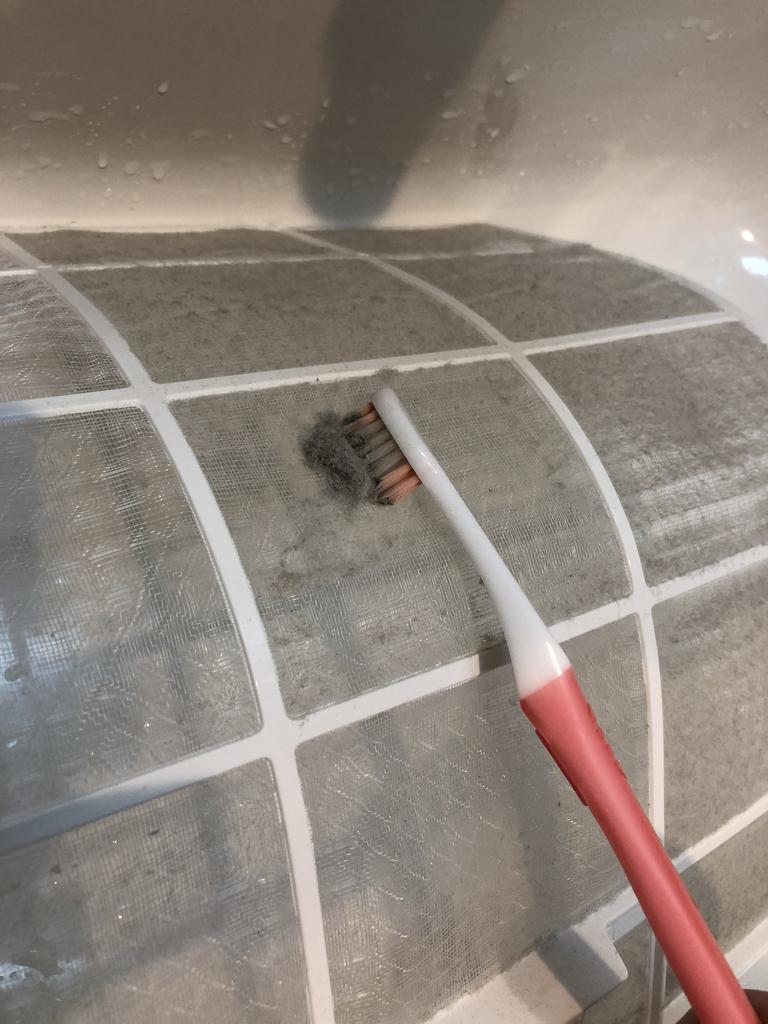 エアコンのフィルターのホコリを歯ブラシできれいに