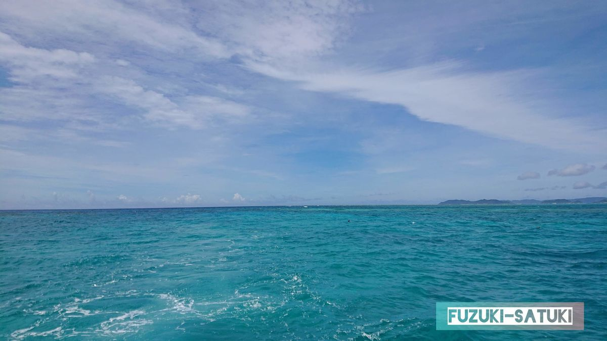 グリーンがかった海の色の写真