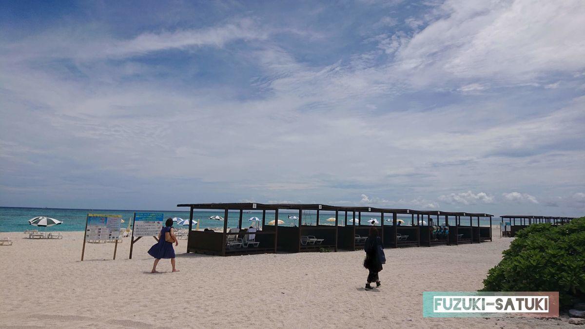 砂浜に並ぶコテージの写真