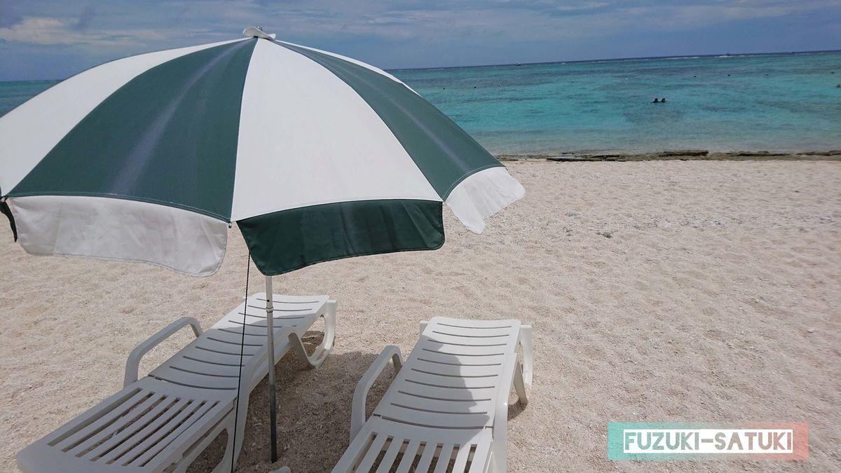 ビーチパラソルと砂浜、そして青い海 の写真