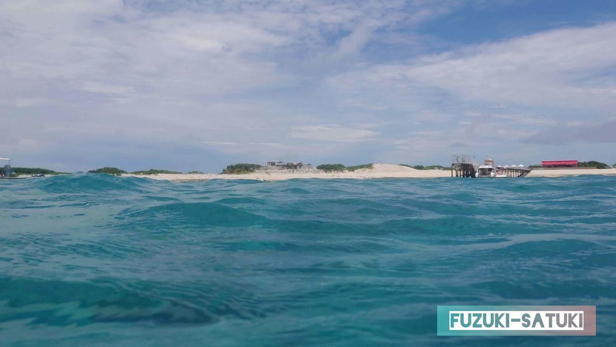 ナガンヌ島を眺めながらのシュノーケル の写真