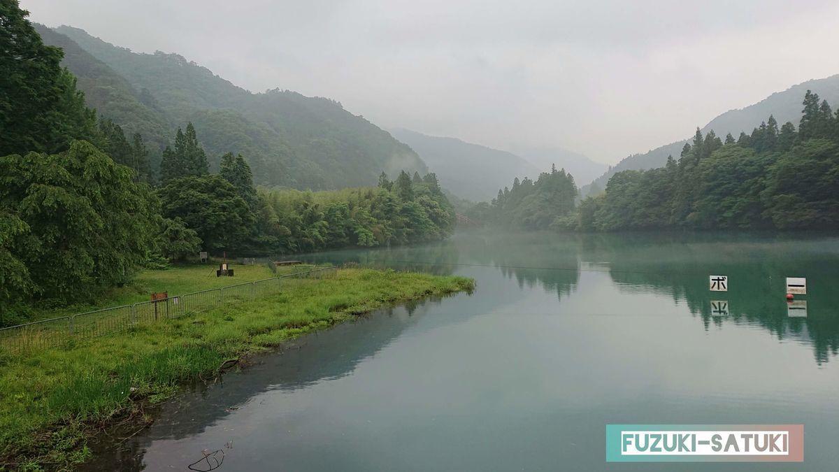 四万湖を見渡す 写真