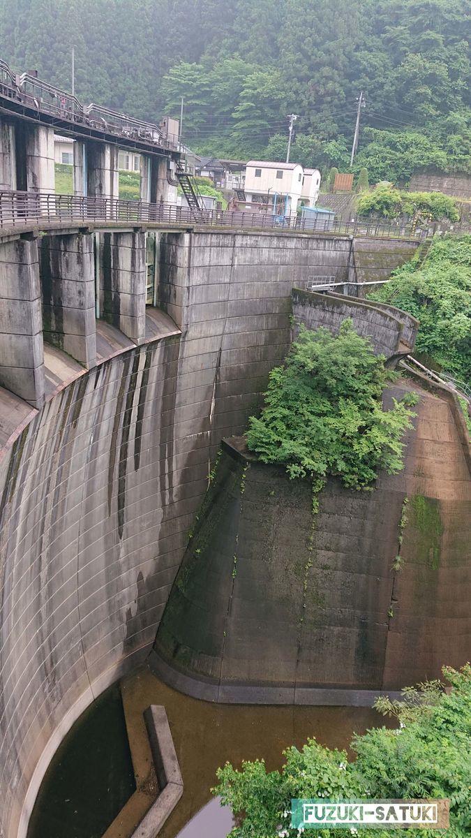 ダムの放流口の写真