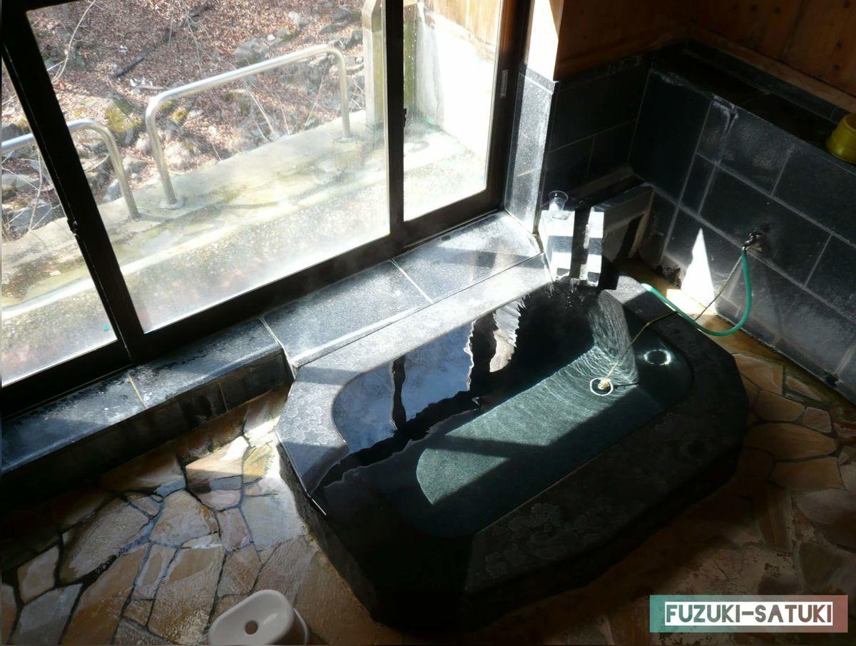 佇まいとは異なり、現代風な石の浴槽 の写真