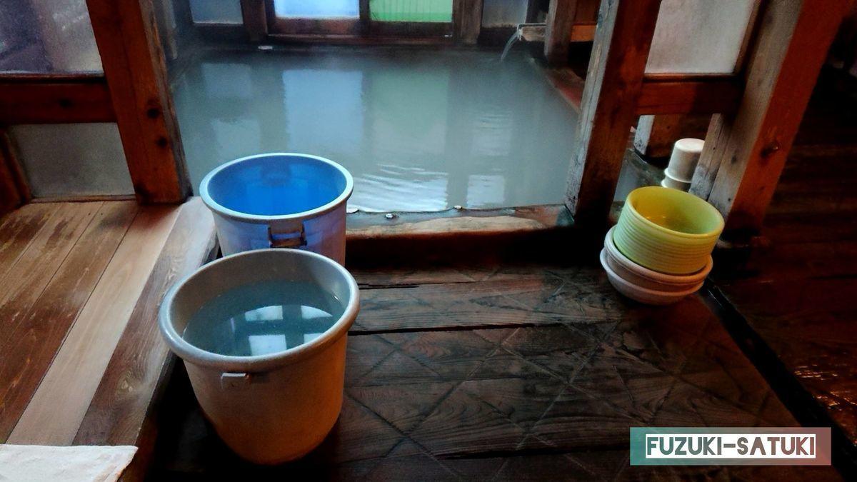 ぬる湯とバケツに汲んである冷まし湯の写真