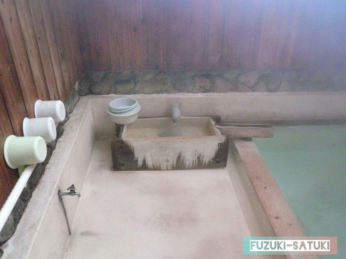 左:桶置き場 中央:源泉口(上がり湯) 右:浴槽の写真