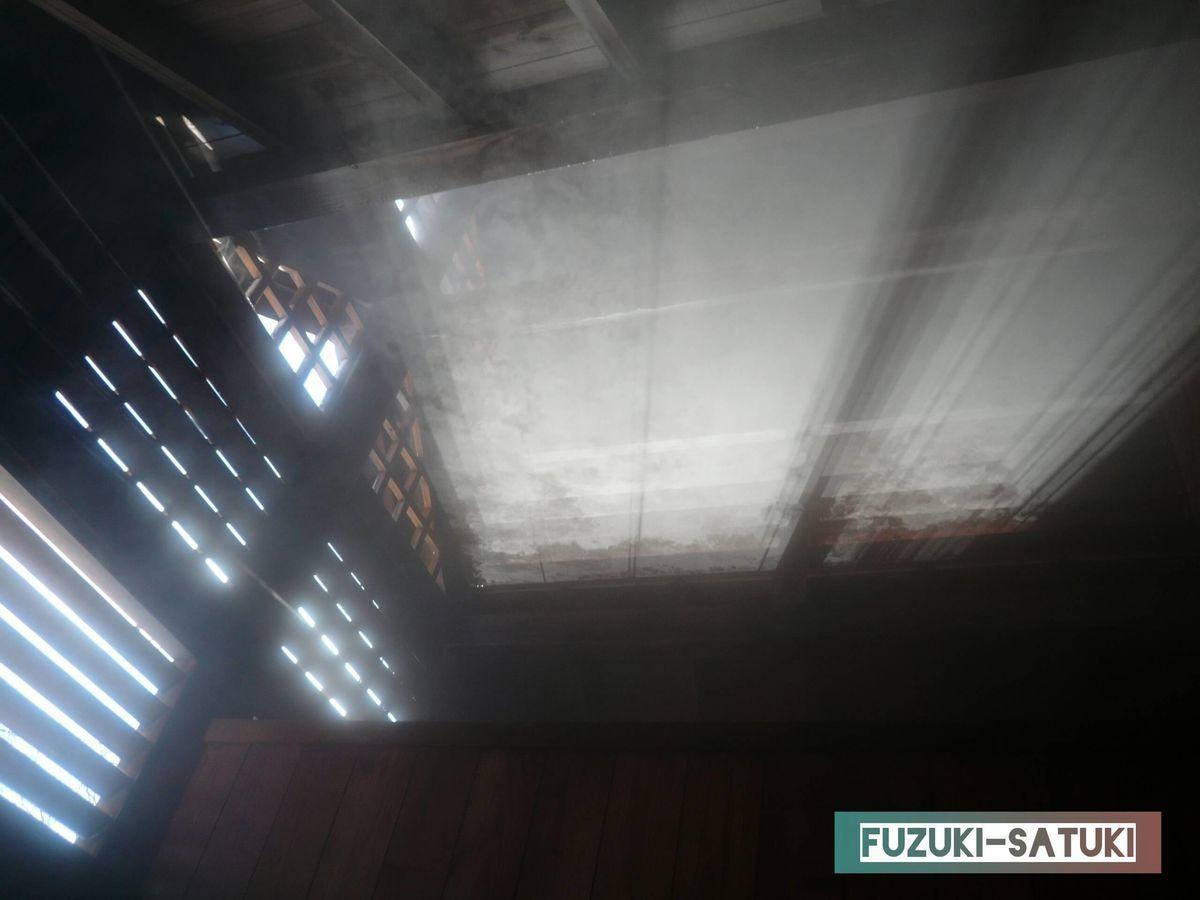 天井には、差し込む陽射しと湯気が舞う写真